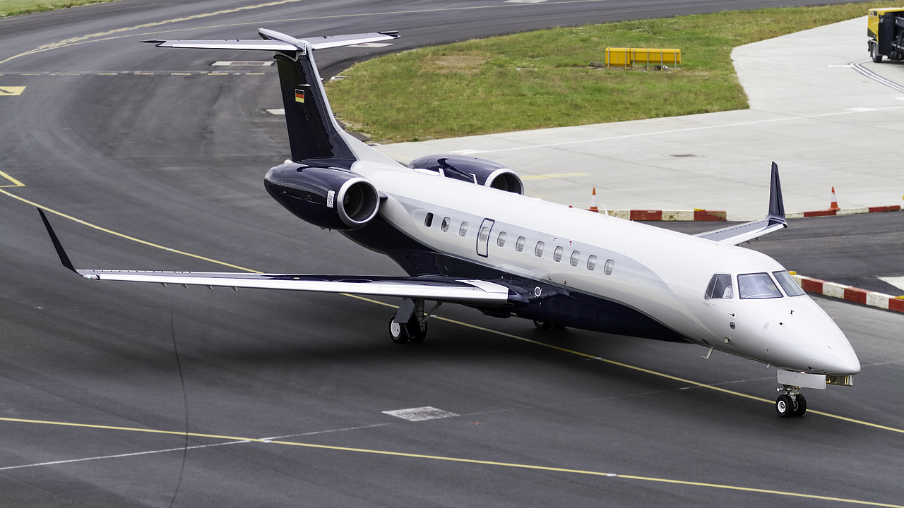 Click image for larger version.  Name:air hamburg embraer erj-135 legacy 650 REG- D-ALOA.jpg Views:23 Size:594.6 KB ID:26527